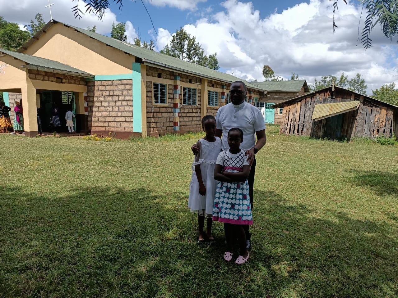 Ndunyusabu. La chiesa nuova e quella in legno, costruita precedentemente da padre John
